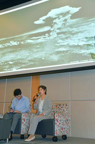学生に被爆体験を語る空民子さん(右)=29日、米東部ニュージャージー州ニューアークのラトガース大(共同)