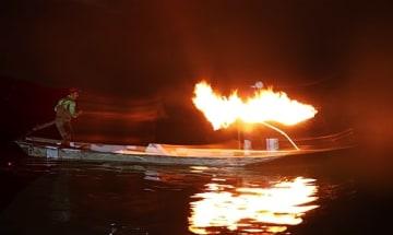 【夜にたいまつの火でアユを網に追い込む「火振り漁」】