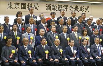 酒類鑑評会の表彰式に臨む蔵元ら=30日午後、東京都中央区