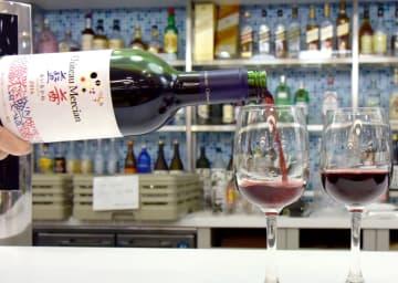 グラスに注がれるメルシャンの「日本ワイン」=30日午後、東京都中野区