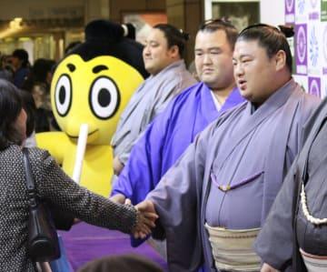 大相撲九州場所のPRイベントでファンと握手する嘉風(右端)=30日、福岡市中央区