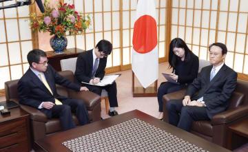 日本企業に賠償を命じるとした韓国徴用工訴訟判決を受け、韓国の李洙勲駐日大使(右端)に抗議する河野外相(左端)=30日午後、外務省