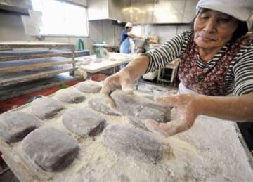 昔ながらの製法で、こっぱ餅を作る従業員=天草市
