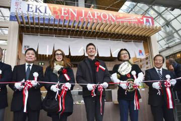 日本の駅弁を販売する臨時店舗のオープンに際し、テープカットする関係者=30日、パリの国鉄リヨン駅(共同)