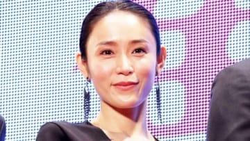 映画「人魚の眠る家」のレッドカーペットイベントと舞台あいさつに登場した山口紗弥加さん