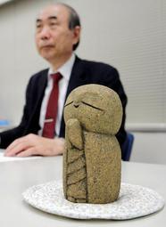 慰霊碑のモデルとなる石像を前に会見した渡部吉泰弁護士=30日午後、神戸司法記者クラブ