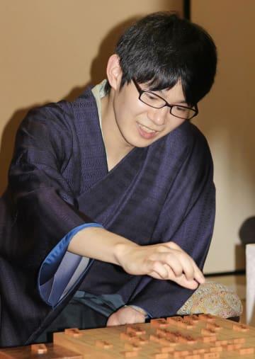 将棋の第66期王座戦で初タイトルを獲得した斎藤慎太郎七段=30日夜、甲府市内のホテル