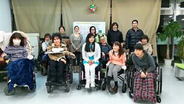 今年の2月下旬から2週間本県に滞在したアナム・ジェヘザディーさん(中央)と、NPO法人障害者自立応援センター「YAH!DOみやざき」のメンバー=3月、宮崎市・同法人の事務所(同法人提供)