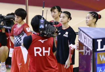 女子団体総合決勝の演技を終え、厳しい表情の村上茉愛(左端)ら=ドーハ(共同)