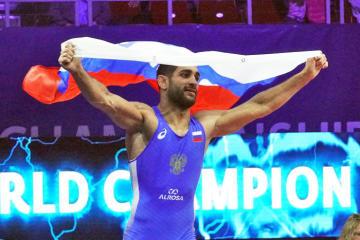 ロシア国旗が10回、マットを回った2018年世界選手権(写真は男子グレコローマン63kg級優勝のステパン・マリャニャン)