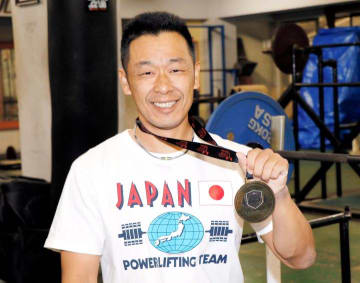 ベンチプレスのアジア選手権で男子66㌔級マスターズⅠの部を制した湯山聡=11日、松山市のイヨテツスポーツセンター