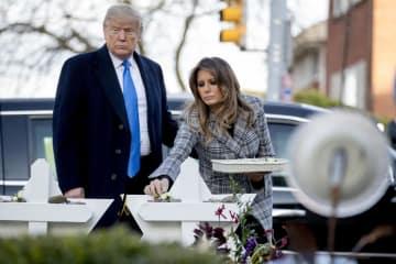 30日、米東部ピッツバーグでのシナゴーグ銃撃事件の現場を訪れたトランプ大統領(左)とメラニア夫人(AP=共同)