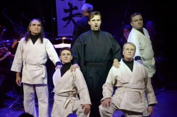 オペラ「光太夫」で熱唱する大黒屋光太夫役のバリトン歌手アンドレイ・ブレウスさん(中央)=30日、モスクワ(共同)