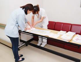 「日曜日乳がん検診」で自己触診の方法についてアドバイスを受ける参加者ら=日鋼記念病院提供