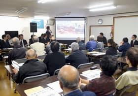 地域の課題解決に向け、市職員の説明に耳を傾ける富岸地区の住民たち