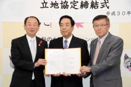 立地協定書を持つ(右から)佐竹知事、持塚社長、穂積志秋田市長