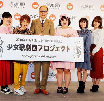 少女歌劇団を率いる総合演出の広井王子(左から3人目)と、元NMB48の門脇(右端)と三秋(右から2人目)=京都市内のホテル