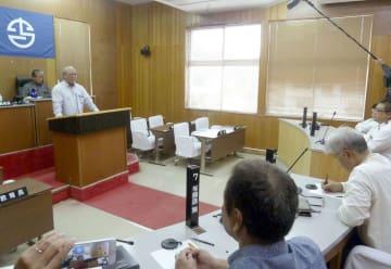 沖縄県与那国町議会の議長選で当選し、就任を受諾した前西原武三氏(左から2番目)=31日午前