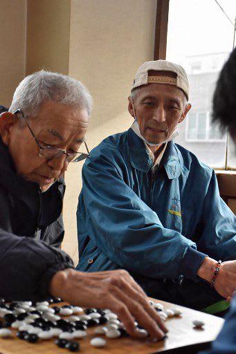 ほぼ毎日碁会所に来ていた今さん(左)の対局を見守る坂本さん=30日午後