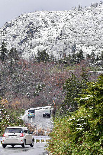 山肌が白く雪化粧した八甲田の石倉岳=30日午後0時半ごろ、十和田市の睡蓮沼付近