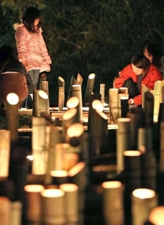 竹灯籠の温かな光に包まれた「越後みしま竹あかり街道」=27日、長岡市脇野町