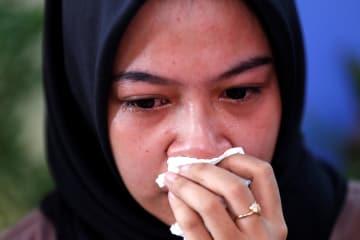 30日、ジャカルタの病院で、墜落したライオンエア機に家族が乗っていた女性(ロイター=共同)