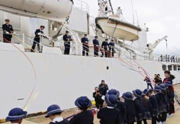 海賊対策のため出港する巡視船「えちご」=30日、新潟市中央区