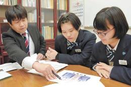 研究発表会に向けて準備する高橋さん(中央)と本間さん(右)。左は指導した鈴木茂教諭