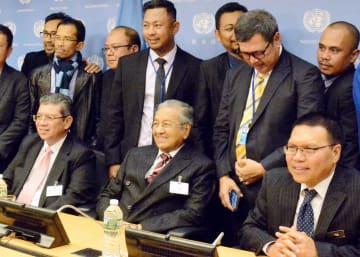 ニューヨークの国連本部で記者会見を終え、マレーシア政府関係者らと記念写真に納まるマハティール首相(前列中央)=9月(共同)