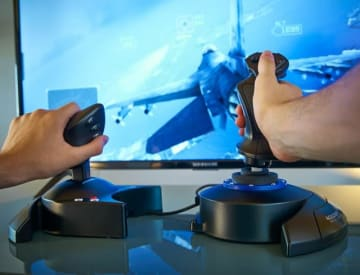 『エースコンバット7』公認、PS4/PC対応フライトスティック「T-Flight Hotas 4」国内発売決定!