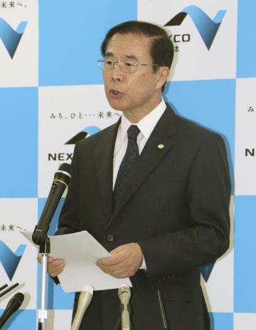 記者会見で謝罪の言葉を述べる西日本高速道路の酒井和広社長=31日午後、大阪市