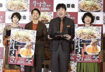 吉野家「牛すき鍋膳」発表会に登場した(左から)若月佑美、太賀、佐藤二朗、池谷のぶえ=31日、東京都内