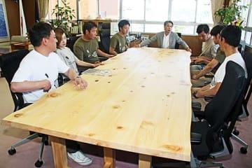 【「BokuMoku」が和歌山県田辺市の市長室に納入したあかね材のテーブル】