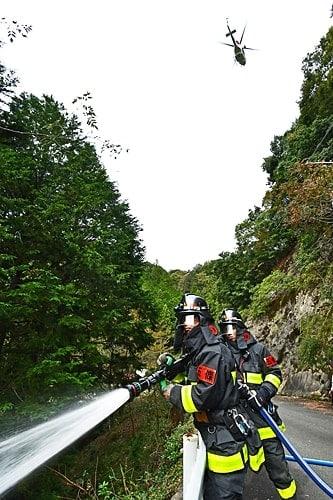 【防災ヘリも参加して行われた熊野地域の3県消防合同訓練(31日、和歌山県田辺市本宮町で)】