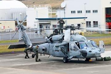 【南紀白浜空港に駐機する在日米海軍のヘリ(31日午前9時40分、和歌山県白浜町で)】