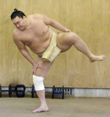 右膝にサポーターを着け四股を踏む白鵬=福岡県篠栗町の宮城野部屋宿舎