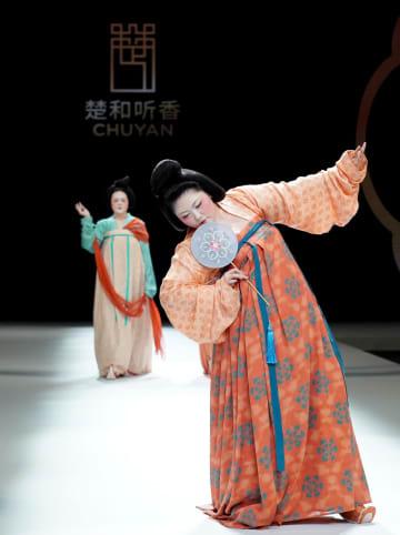 中国国際ファッションウイーク、新作の唐風ファッションも登場