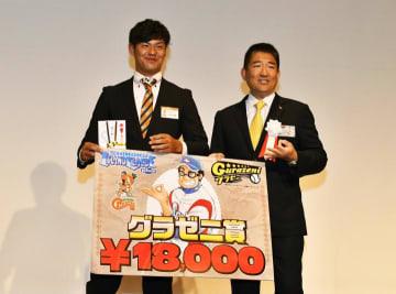 後期グラゼニMVPに選出された河津大樹投手(左)=31日、松山市内のホテル