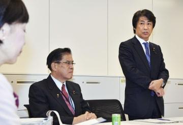 旧優生保護法に関する与党ワーキングチームの会合であいさつする座長の田村元厚労相(右)=31日午後、国会