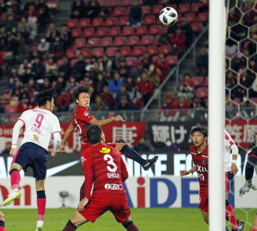 鹿島―C大阪 後半、ヘディングで先制ゴールを決める鹿島・小田(左から2人目)=カシマ