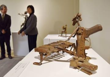「武器をアートに」で展示された作品「ティンビラ奏者」=31日午後、東京都渋谷区の聖心女子大