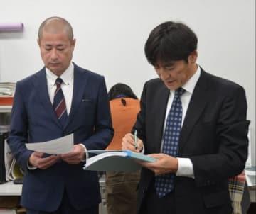 死傷事故を起こした運転手の勤務状態などについて説明する神奈川中央交通の幹部ら =平塚市役所