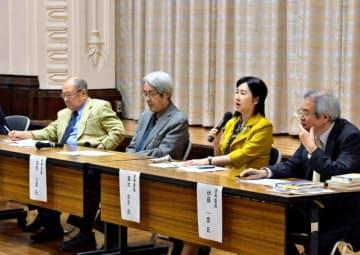 第23回若山牧水賞の会見で穂村さんの作品を講評する選考委員=31日午前、県庁講堂