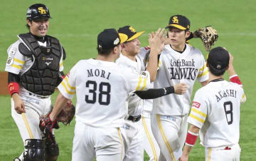 広島に連勝し、タッチを交わす上林(右から2人目)らソフトバンクナイン=ヤフオクドーム