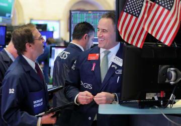 ニューヨーク証券取引所のトレーダーたち=10月31日(ロイター=共同)