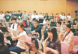 本番に向けて練習に励む出演者。秋田を思いながら吹奏楽と合唱を調和させる=10月7日、東京都内
