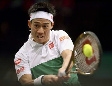 男子テニスのマスターズ・パリ大会のシングルス2回戦でプレーする錦織圭=パリ(ゲッティ=共同)