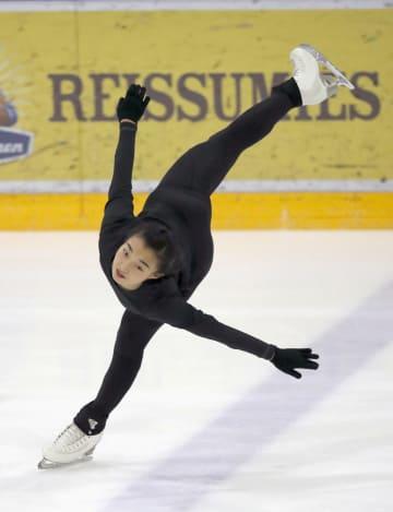フィギュアスケートGPシリーズ、フィンランド大会の非公式練習で調整する坂本花織=ヘルシンキ(共同)