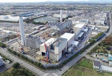 真岡第5工業団地で建設が進む神戸製鋼所の「真岡発電所」=31日午後0時25分、真岡市鬼怒ケ丘1丁目、小型無人機から