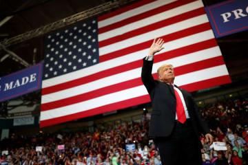 10月31日、米南部フロリダ州の集会で支持者に応えるトランプ大統領(ロイター=共同)